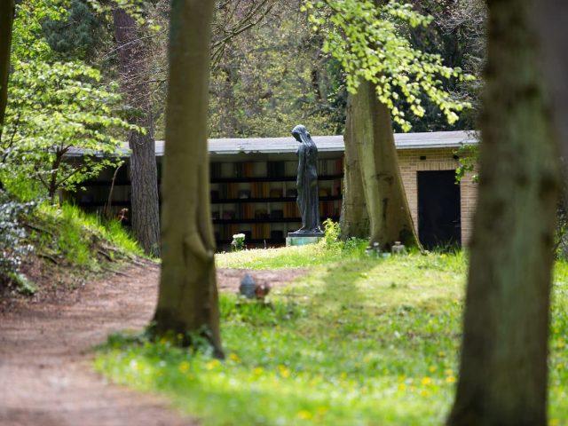 westerveld-begraafplaats-crematorium-doorzicht-brons-beeld