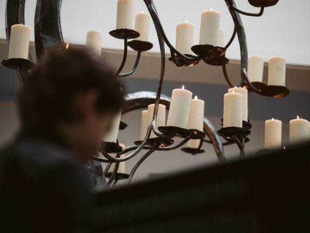 westerveld-begraafplaats-crematorium-kind-piano-in-mariuspoelzaal