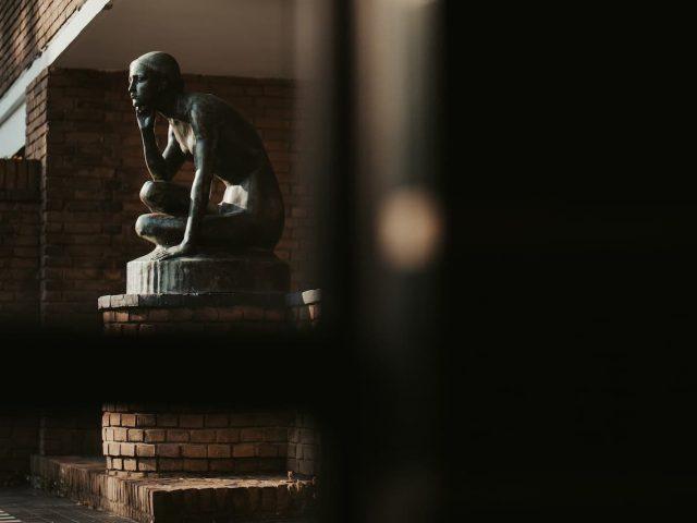 westerveld-begraafplaats-crematorium-statig-beeld-dudok